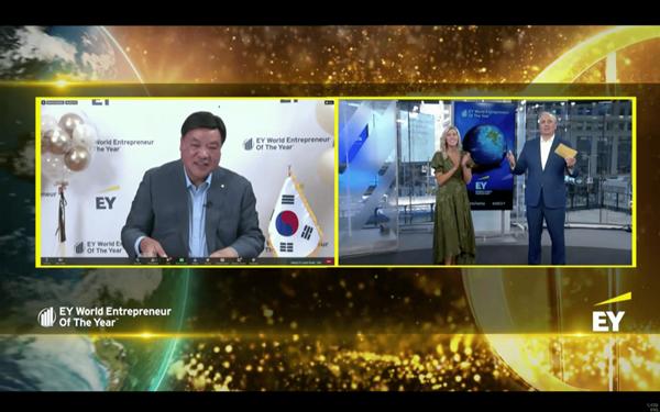 셀트리온 서정진 명예회장이 EY세계최우수기업가상을 수상하고 있다. [사진=셀트리온]